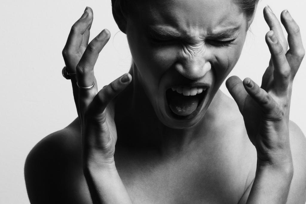 婚活パーティーが当日中止になって怒る女性